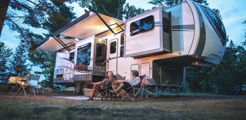 advantage of fifth wheel vs travel trailer