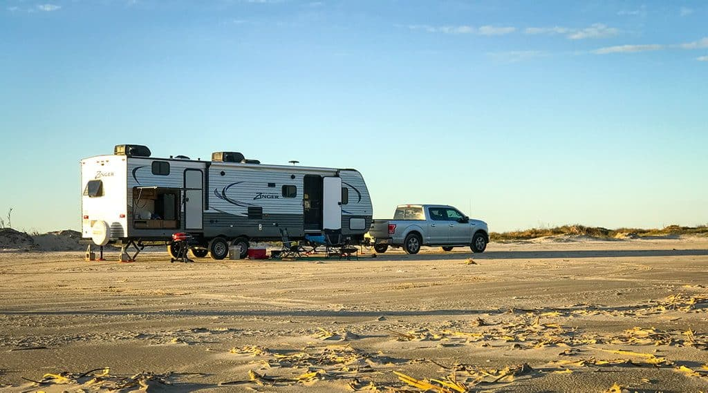 difference between fifth wheel and travel trailer